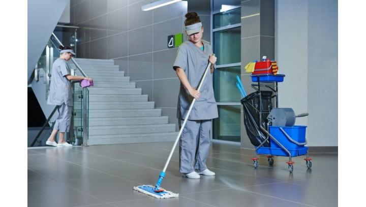 Efektywne i ergonomiczne sprzątanie: wózki sprzątające